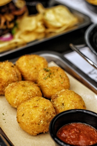 A twist in your traditional mac and cheese, crispy fried and stuffed with Mozzarella cheese. Served with Marinara sauce.